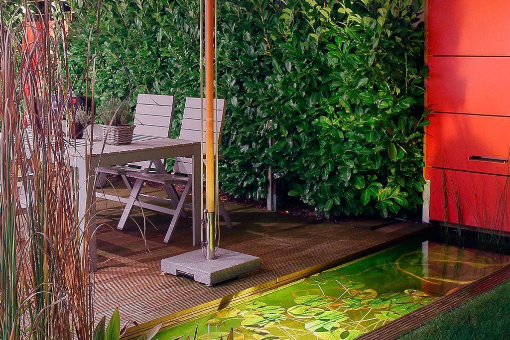 Moderner garten mit kleinem Teich von Plan2Grün