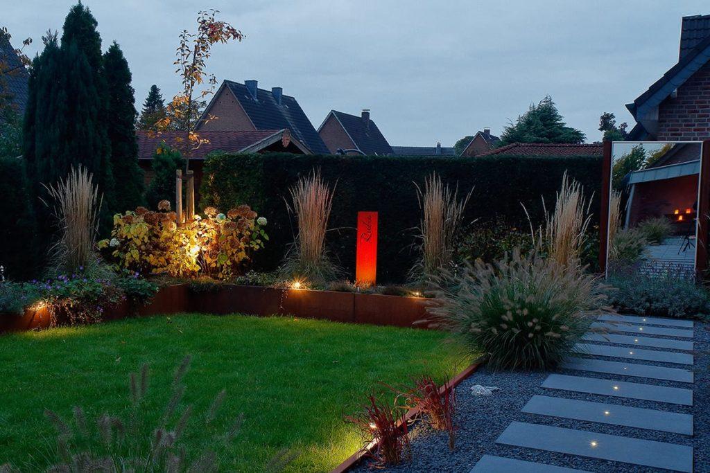 Moderner beleuchteter Garten von Plan2Grün