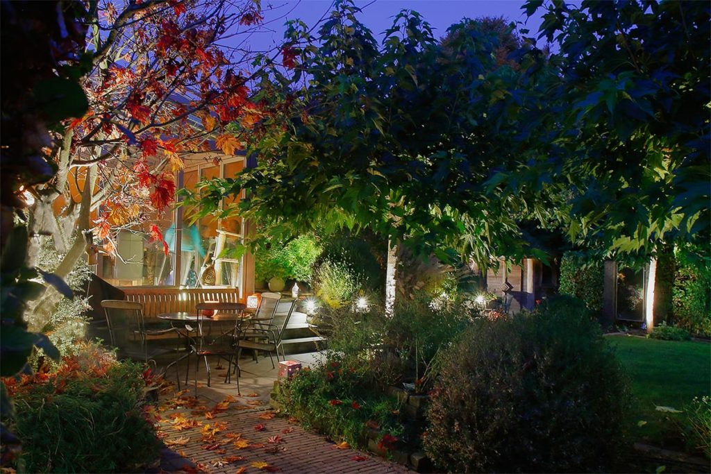 Kleiner beleuchteter Garten von Plan2Grün