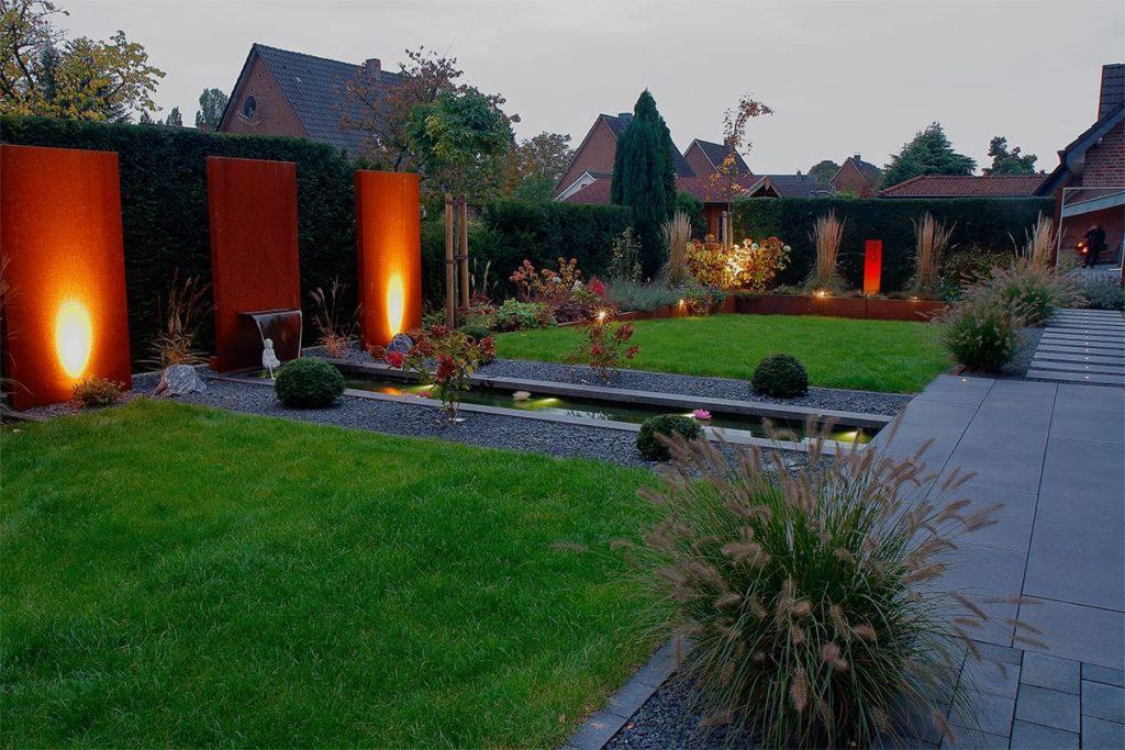 Gartenbeleuchtung von Plan2Grün in einem modernen Garten